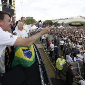 Empolgado, Bolsonaro joga chapéu de 5 mil reais do Pastor Valdemiro Santiago para a platéia