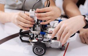 Escola oferece oficinas gratuitas de robótica, realidade virtual e games, em Manaus