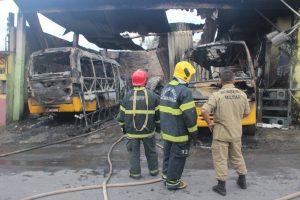 Incêndio destrói dois micro-ônibus no Jorge Teixeira, em Manaus