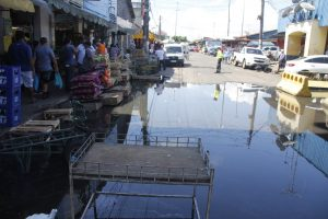 Rua no Centro de Manaus é interditada devido a cheia do Rio Negro