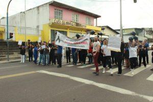 Profissionais da saúde protestam em frente ao Hospital Francisca Mendes, em Manaus