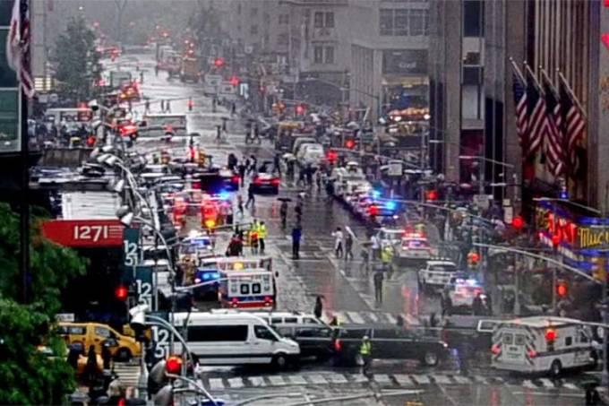 Helicóptero atinge prédio em Nova York e deixa um morto