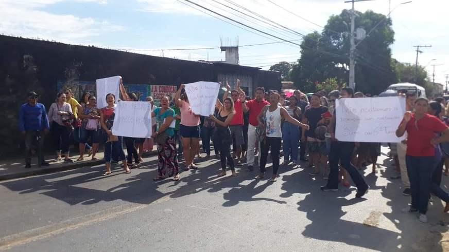 Pais de alunos fazem protesto contra novo calendário que inclui aulas aos sábados e feriados, no AM