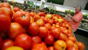 Preço dos alimentos cai e ajuda a frear a inflação em maio, a mais baixa do ano
