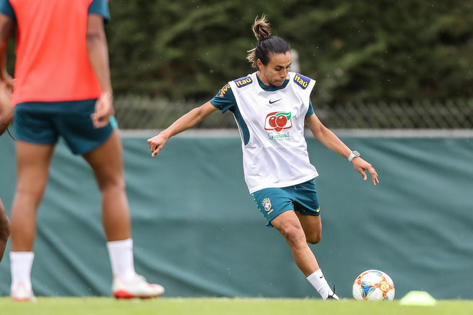 Marta treina com grupo e aumenta chances de jogar contra a Austrália