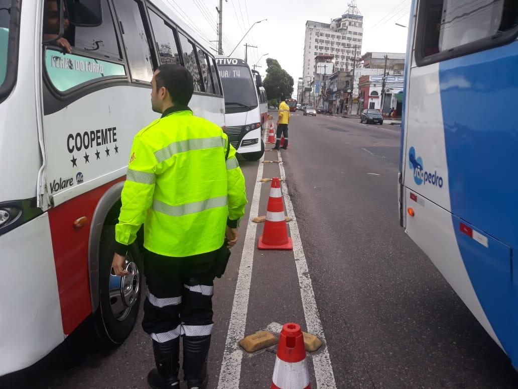 Micro-ônibus irregulares são apreendidos durante blitz realizada no centro de Manaus