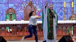 Mulher empurra Padre Marcelo Rossi de palco durante missa em Cachoeira Paulista