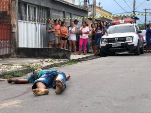 Suposto assaltante é morto e namorada é presa pela polícia, em Manaus