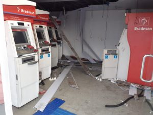 Bandidos tentam arrombar cofres de caixas eletrônicos no São José, em Manaus