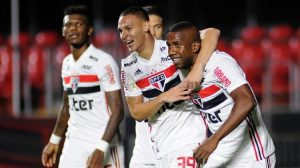 São Paulo goleia Chapecoense e sobe na tabela do Brasileirão