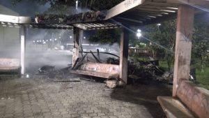 Morador de rua tem barraco incendiado no bairro Educandos, em Manaus