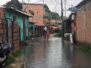Chuva causa alagamentos em ruas de Manaus