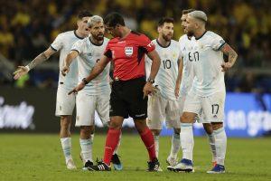 Árbitro de Brasil x Argentina nega falha no VAR