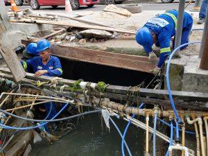 Moradores do Beco do rip-rap, na Compensa, trocam ligações clandestinas por redes regulares de água tratada