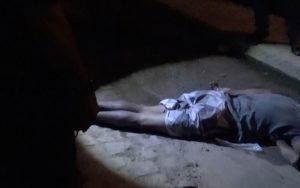 Homem é executado a tiros na frente da mãe; veja o vídeo