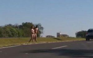 Casal é flagrado nu atravessando rodovia em São Paulo; Confira o vídeo!