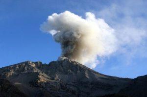 Erupção de vulcão deixa 30 mil pessoas desabrigadas no Peru