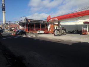 Carro capota e quase atinge bomba de combustível, na Zona Sul de Manaus