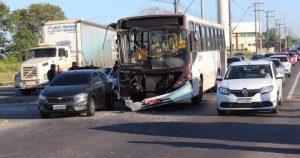 Acidente entre dois ônibus deixa passageiros feridos na Torquato Tapajós