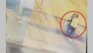 Fetiche Perigoso: Câmera de segurança flagra momento em que casal cai do viaduto após perderem o equilíbrio; Confira o vídeo!