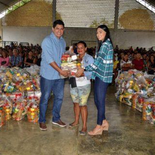 Recém-casados, Bi Garcia e Mayra Dias, Miss Brasil 2018, entregam 600 cestas básicas a famílias carentes de Parintins