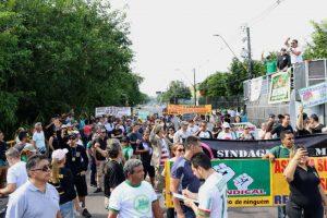 Servidores do AM realizam manifestação em frente a sede do governo