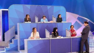 Silvio Santos interage com participantes do Jogo dos Pontinhos