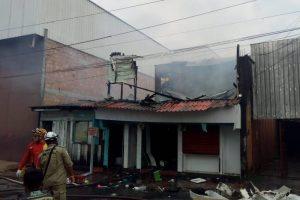 Residência é destruída por incêndio no Centro de Manaus