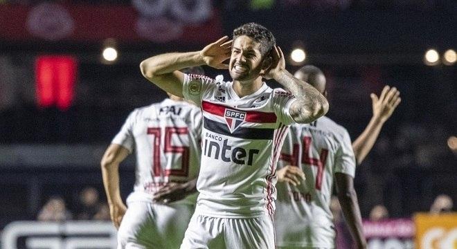 São Paulo vence o Santos, encerra jejum e entra na briga pelo título