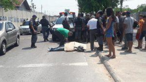 Motociclista morre ao colidir com porta de carro, na Zona Norte de Manaus