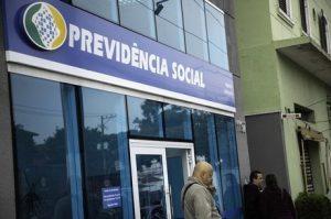 Antecipação do 13º de aposentados depende de decreto de Bolsonaro