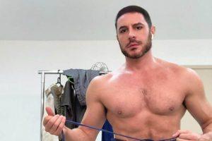 Ator Ricardo Tozzi posta foto de sunga e leva seguidores a loucura; Confira!