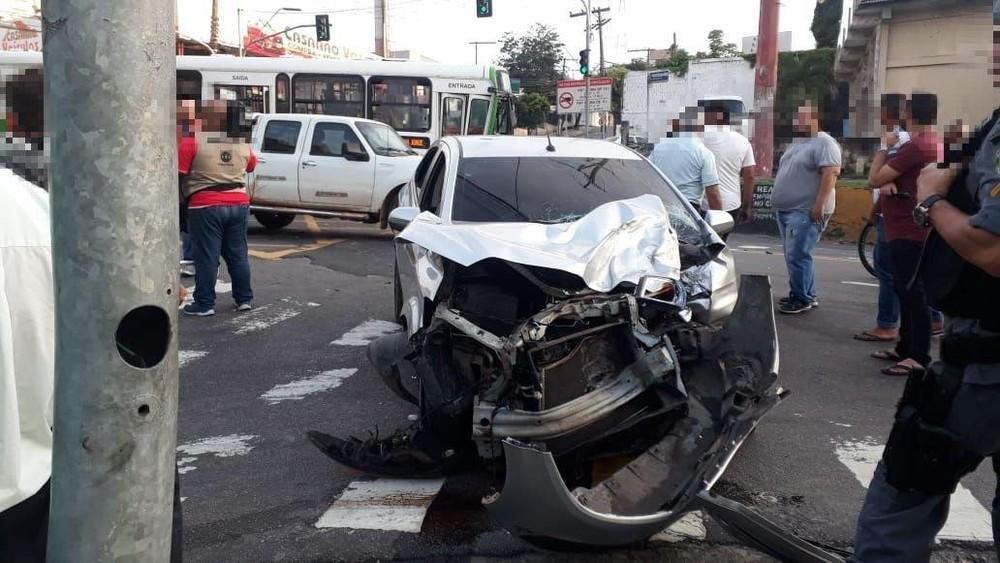 Quatro pessoas ficam feridas após acidente entre ônibus e carro, em Manaus