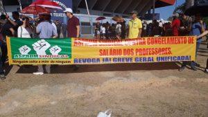 Servidores do AM fazem carreata durante protesto, em Manaus