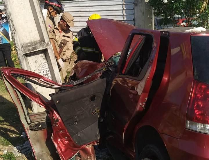 Três pessoas ficam feridas após carro bater contra poste no Coroado, em Manaus