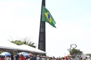 Cerimônia de troca da Bandeira do Brasil abre semana da Pátria