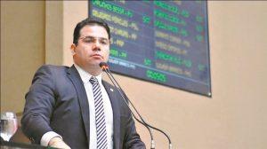 Governador diz que ninguém morreu porque não tinha respirador e revolta deputado