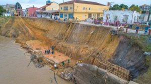 Erosão na orla de Parintins, no AM, volta a preocupar e prefeitura decreta 'situação de emergência'