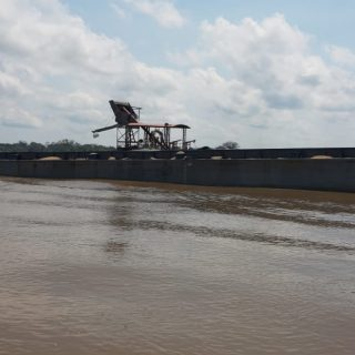 Balsa com R$ 500 mil em areia ilegal é apreendida pela Base Arpão.