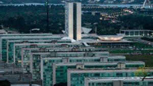 Um dia após admitir possibilidade de recriar ministérios, Bolsonaro nega intenção de reabrir pastas