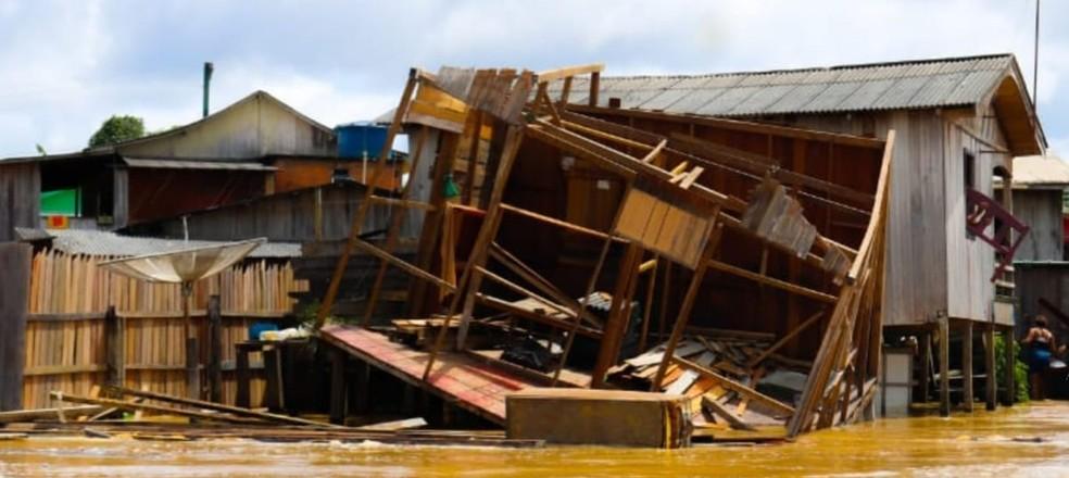 Quatro casas desmoronam em Boca do Acre, no interior do AM, por conta da cheia