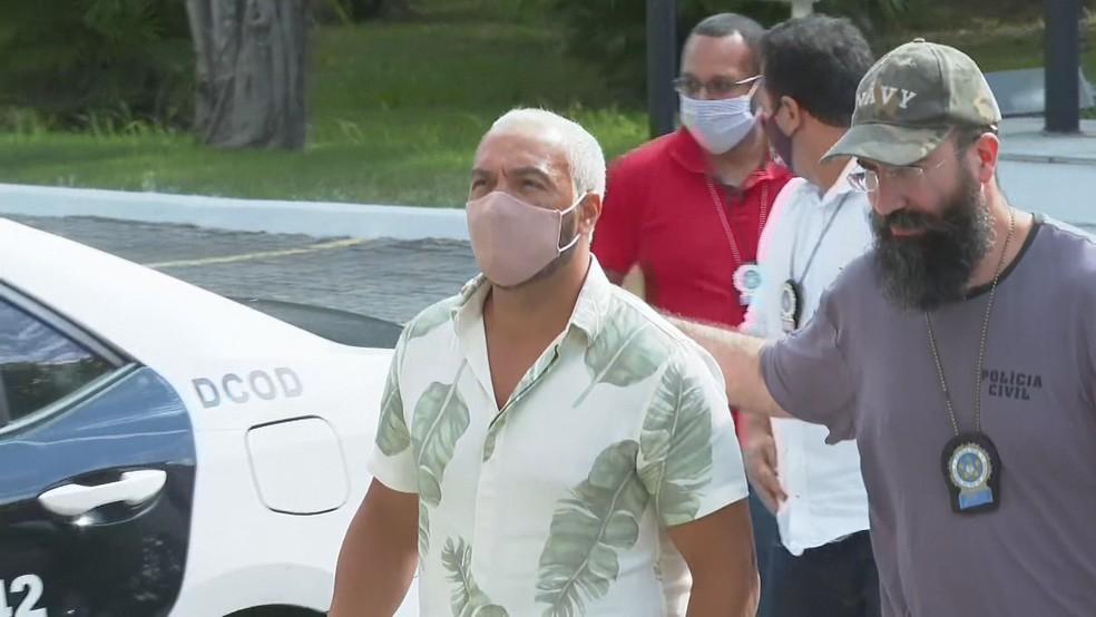Belo é levado para presídio após prisão por aglomeração e show em escola na Maré