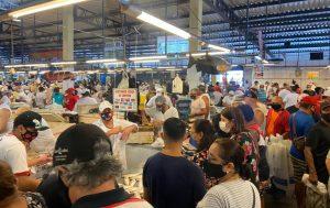 Em meio a colapso, feira da Manaus Moderna segue com registros de aglomerações