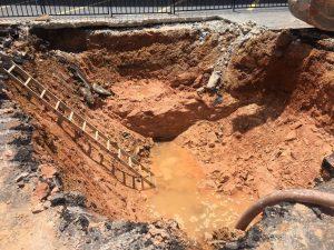 Cratera se abre após tubulação ceder na rua João Valério, em Manaus; trânsito é alterado na região
