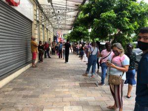 Centro de Manaus tem aglomerações no primeiro dia de abertura do comércio em 2021