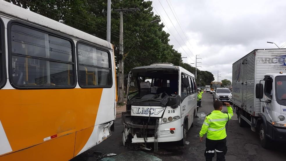 Micro-ônibus colide com ônibus e motorista fica preso nas ferragens em acidente em Manaus