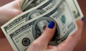 Dólar cai na véspera de Copom e Fed