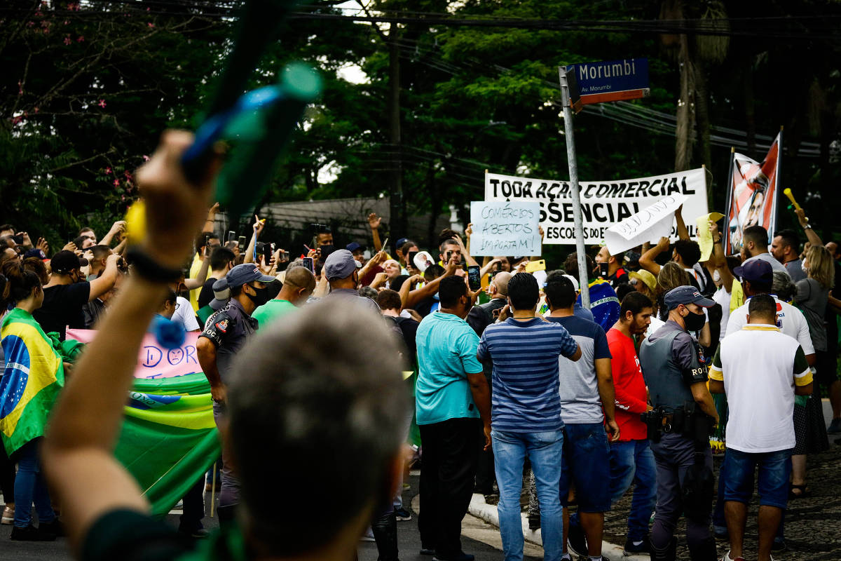 Manifestantes pedem renúncia de Doria, fim da fase vermelha e reabertura do comércio em SP