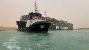 Navio encalhado bloqueia uma das principais rotas marítimas do mundo