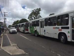 Motoristas e cobradores fazem paralisação de ônibus em Manaus